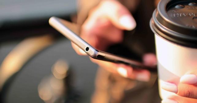 smartphone café - couverture article visiperfinsights importance du mobile