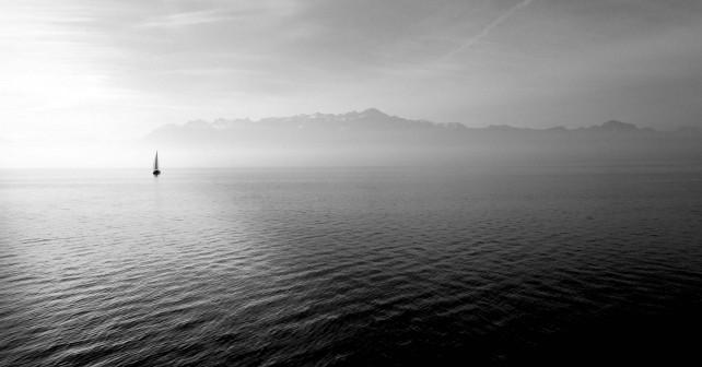 voilier en mer noir et blanc